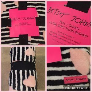 Betsey Johnson Full/Queen plush blanket